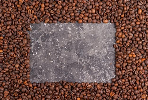 Moldura para inscrições feitas de grãos de café em um fundo cinza