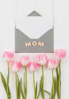 Moldura para o dia das mães com envelope e tulipas