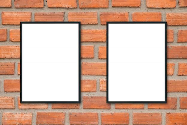 Moldura para retrato em branco na parede de tijolos.