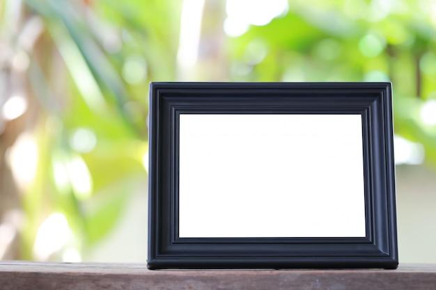 Moldura para retrato moderna colocada em um assoalho de madeira.