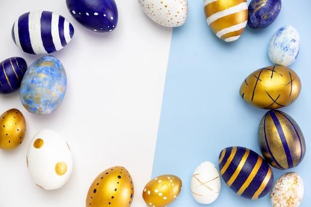 Moldura para texto feito de ovos de páscoa na moda colorido clássico azul