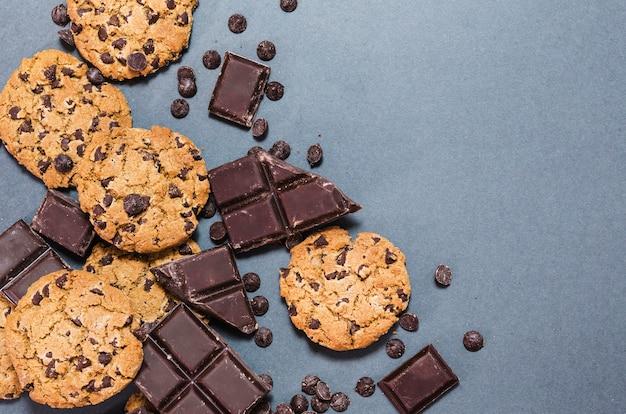 Moldura plana de chocolate com cookies e cópia-espaço