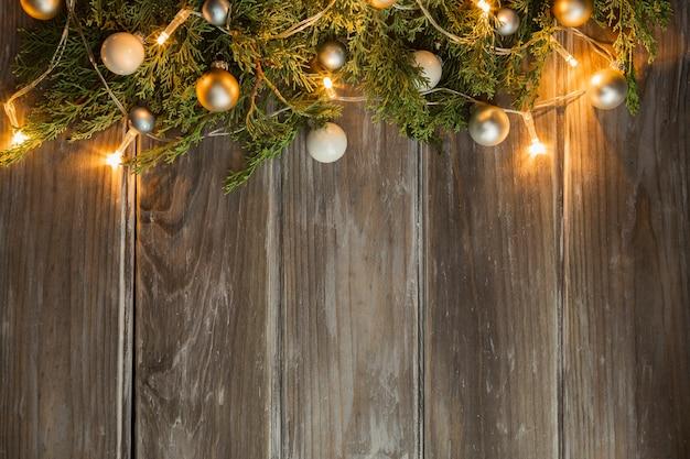 Moldura plana leiga com árvore de natal e fundo de madeira