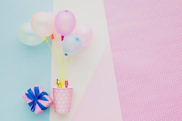 Moldura plana leiga com balões coloridos, presente e copo