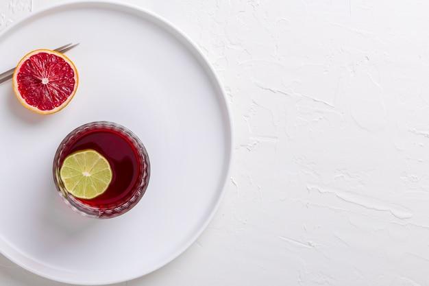Moldura plana leiga com bebida saborosa e cópia-espaço