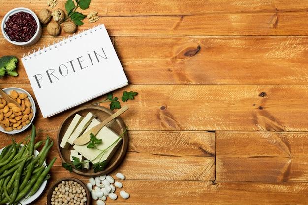 Moldura plana leiga com caderno e grãos