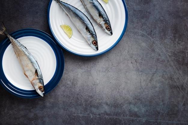 Moldura plana leiga com comida deliciosa e cópia-espaço