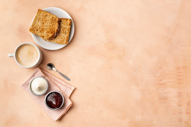 Moldura plana leiga com comida saborosa e fundo laranja