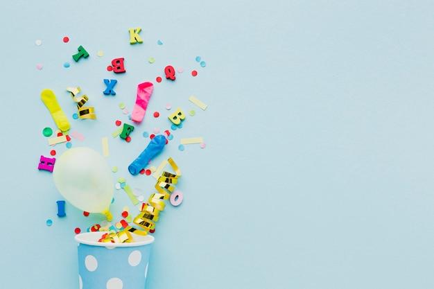 Moldura plana leiga com copo e confetes