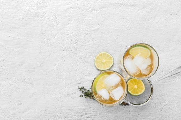 Moldura plana leiga com copos de bebida no fundo branco