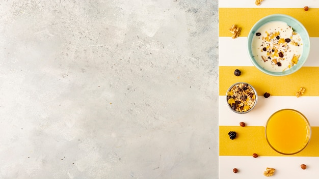 Moldura plana leiga com delicioso café da manhã e cópia-espaço