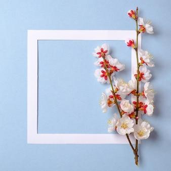 Moldura plana leiga com flor sakura ramos, folhas e pétalas