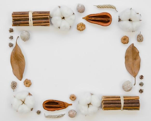 Moldura plana leiga com folhas velhas e algodão