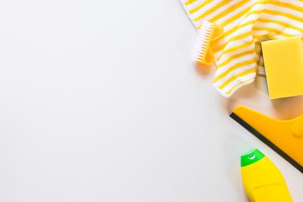 Moldura plana leiga com itens de limpeza e fundo branco