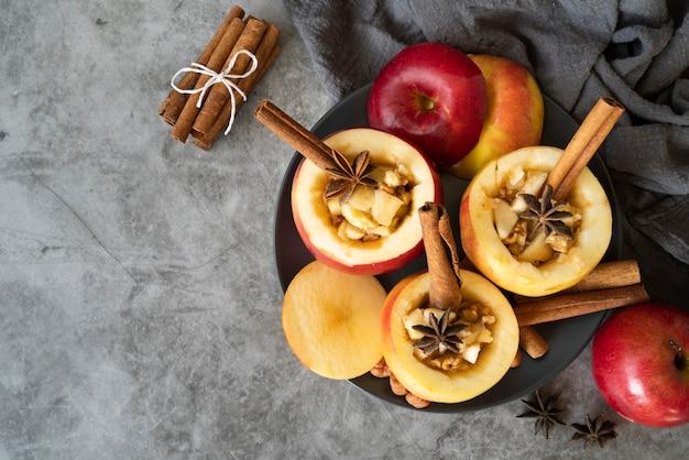 Moldura plana leiga com maçãs e cópia-espaço