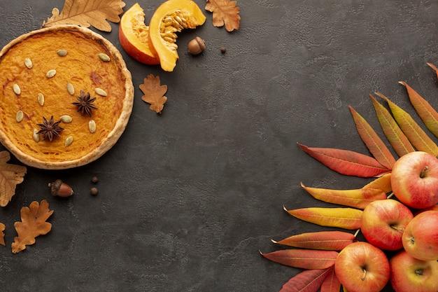 Moldura plana leiga com maçãs e torta