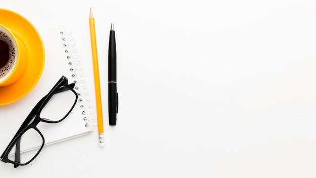 Moldura plana leiga com óculos e caneta