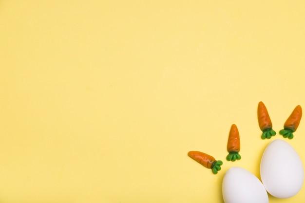Moldura plana leiga com ovos e cenouras