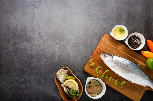 Moldura plana leiga com peixe e molho
