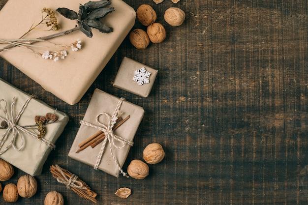 Moldura plana leiga com presentes, nozes e cópia-espaço