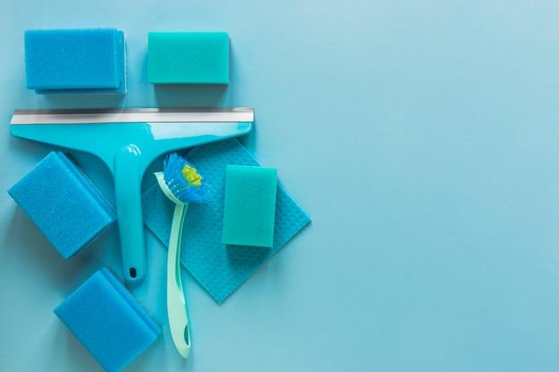 Moldura plana leiga com produtos de limpeza azuis e cópia-espaço