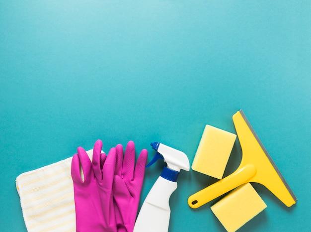 Moldura plana leiga com produtos de limpeza e fundo azul