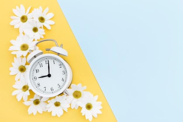 Moldura plana leiga com relógio e margaridas