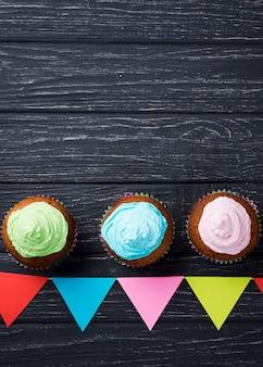 Moldura plana leiga com saborosos bolos envidraçados
