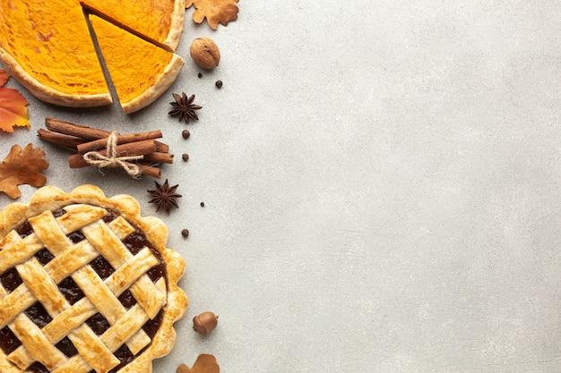 Moldura plana leiga com torta de abóbora fatiada e bolota