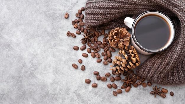 Moldura plana leiga com xícara de café e cópia-espaço