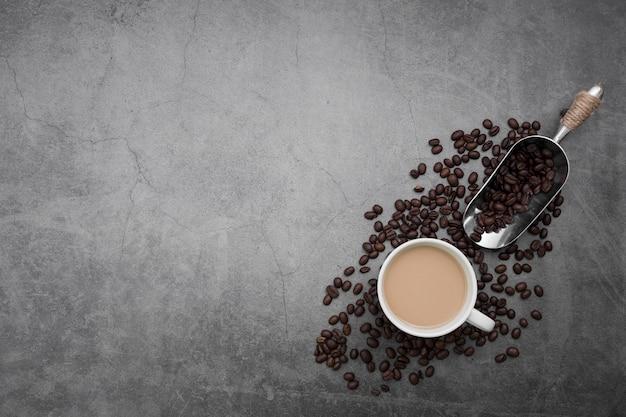 Moldura plana leiga com xícara de café e feijão