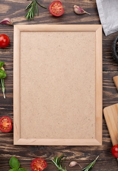 Moldura plana leiga na mesa com ingredientes ao lado