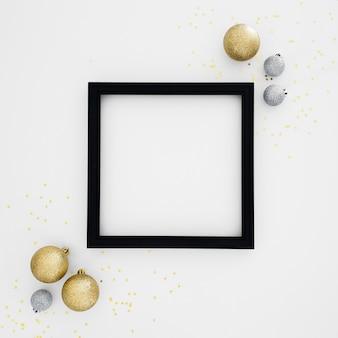 Moldura preta com ornamentos de ano novo