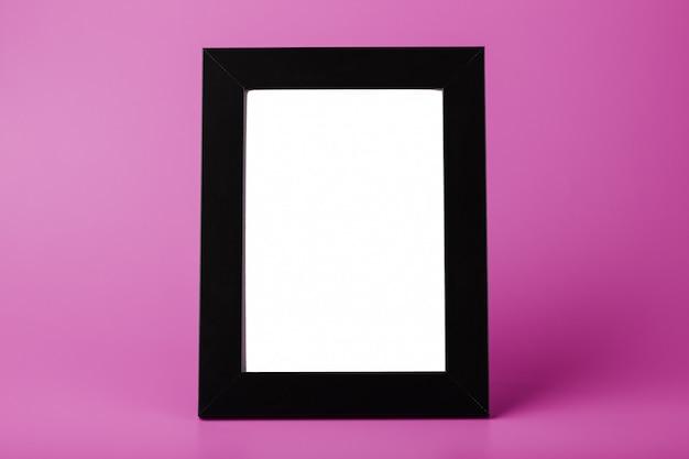 Moldura preta com um espaço vazio em um fundo rosa.