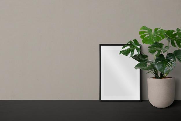 Moldura preta mínima em branco contra uma parede