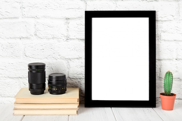 Moldura preta vazia na prateleira de madeira ou tabela. maquete com espaço de cópia.