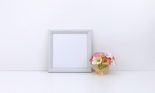 Moldura quadrada com flores rosa