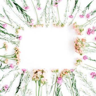 Moldura quadrada feita de flores silvestres. antecedentes dos namorados