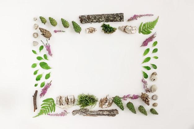Moldura quadrada, layout natural das folhas, pedras e madeira
