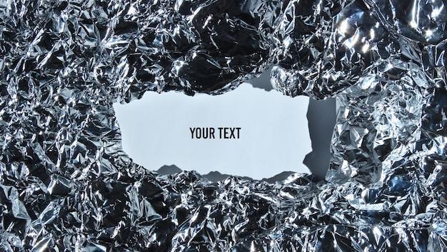 Moldura rasgada de papel alumínio amassado com espaço em branco para infirmação. copie o espaço