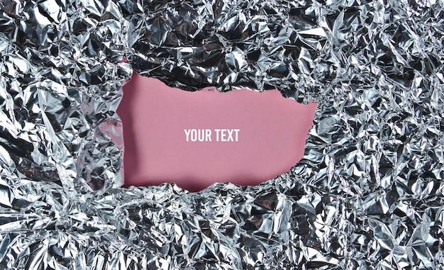 Moldura rasgada de papel alumínio amassado com espaço rosa para infirmação. copie o espaço