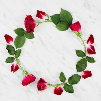 Moldura redonda com rosas decorativas