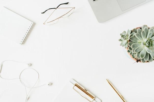 Moldura redonda da área de trabalho da mesa do escritório em casa com espaço de cópia em branco mock up prancheta laptop fones de ouvido óculos suculentos na superfície branca vista superior plana