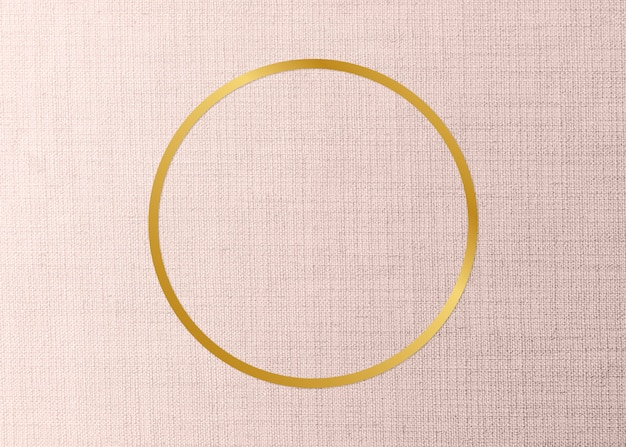 Moldura redonda dourada em um fundo de tecido cor de pêssego