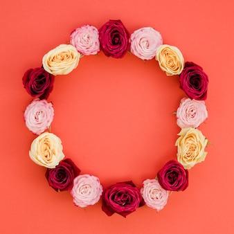 Moldura redonda feita com rosas delicadas