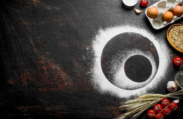 Moldura redonda feita de farinha com espiguetas, grãos e ovos.