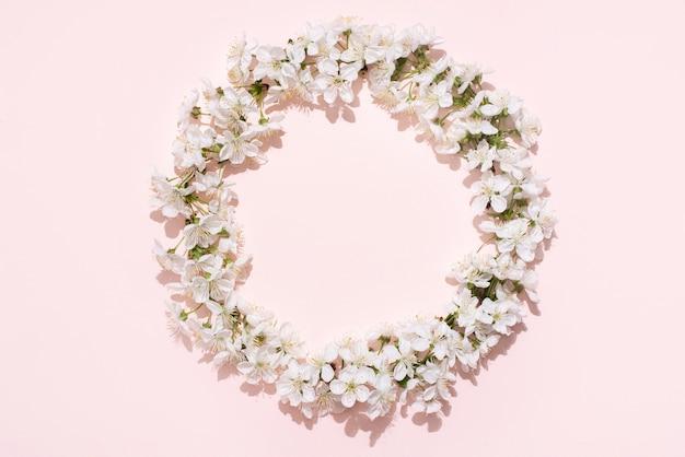 Moldura redonda, grinalda de flores brancas de cerejeira