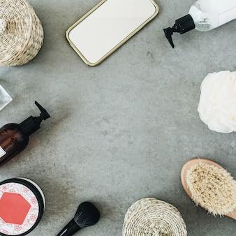 Moldura redonda mock up com produtos de banho: sabonete líquido, escova, espelho, esponja sobre pedra