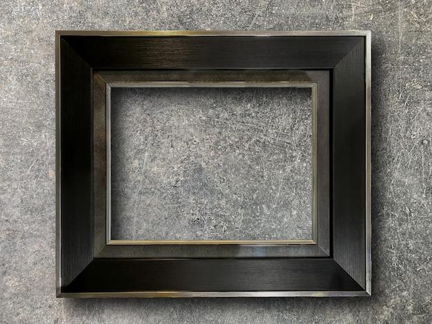 Moldura rústica na parede de cimento