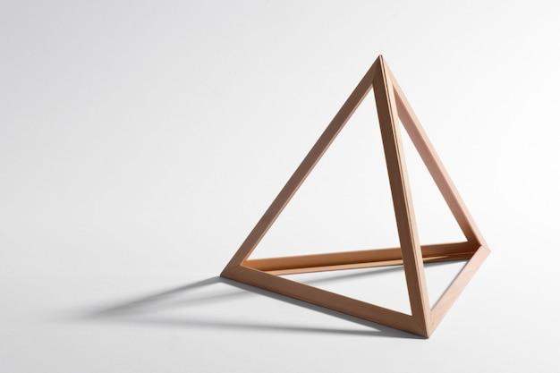 Moldura triangular de madeira